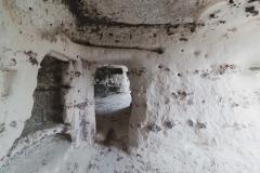 Les portes sont taillées à travers la roche et mène d'une salle à l'autre