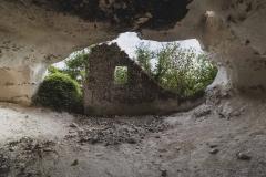 Les murs sont fait en silex et sceller avec de l'argile.