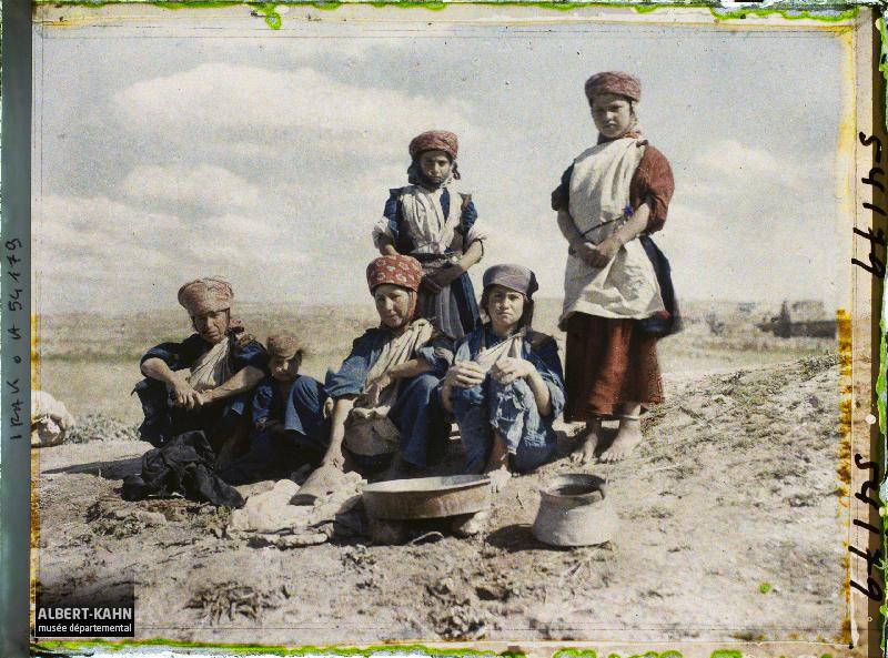 Groupe de femmes (paysannes) chrétiennes, Bartallah, Irak, 7 mai 1927, (Autochrome, 9 x 12 cm), Frédéric Gadmer, Département des Hauts-de-Seine, musée Albert-Kahn, Archives de la Planète, A 54 179 S