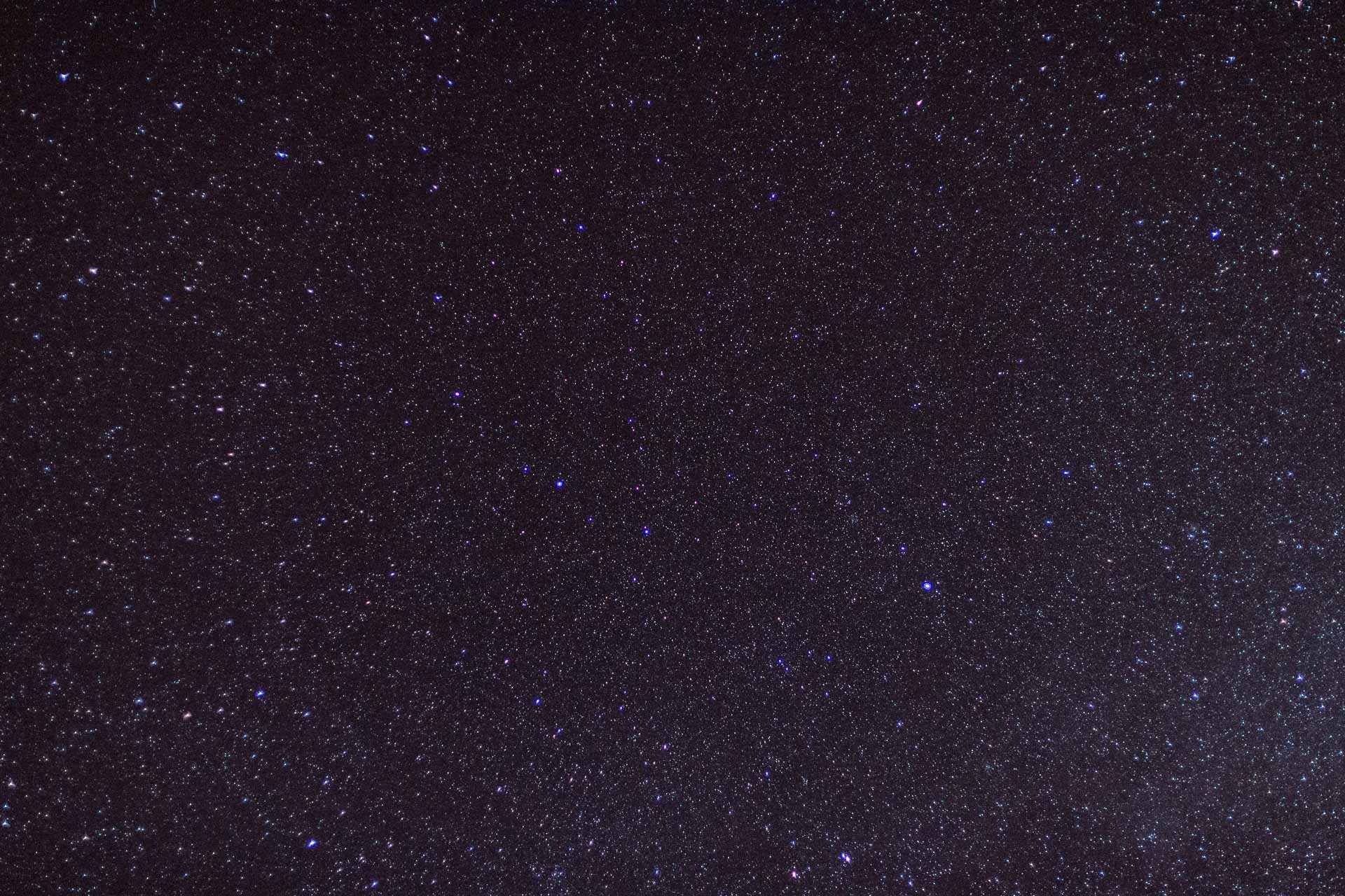 Juste des étoiles, les ciels obscurs et profonds sont de plus en plus rares ces derniers temps entre la pollution lumineuse, la pollution tout court et le tesmps de merde...